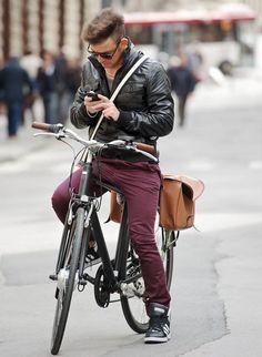 Dando um toque de cor para o inverno, com uma calça burgundy.