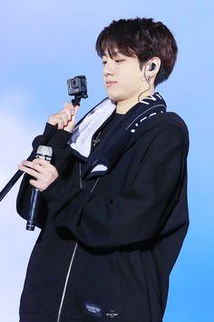 Jungkook e sua mania de enfiar o rosto na câmera :') ♡