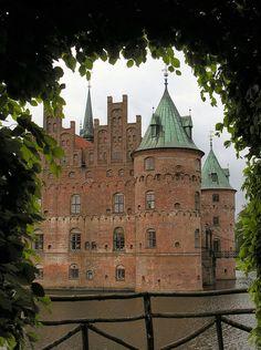 Egeskov Castle, Europe's best preserved Renaissance water castle, Denmark. The pictures don't do it justice. Beautiful Castles, Beautiful Buildings, Beautiful World, Beautiful Places, Renaissance, Chateau Medieval, Famous Castles, Palaces, Castle Ruins