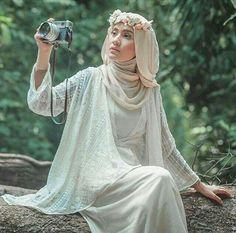 Flowers Crown Wedding Muslim Ideas For 2019 dresses hijab crown Flowers Crown Wedding Muslim Ideas For 2019 Muslimah Wedding Dress, Muslim Wedding Dresses, Hijab Bride, Muslim Brides, Muslim Girls, Wedding Hijab Styles, Muslim Couples, Islamic Fashion, Muslim Fashion