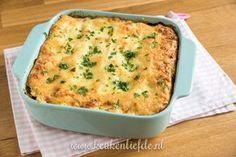 Deze snelle lasagne met zalm en spinazie maak je in 15 minuten. Daarna schuif je hem de oven in en ruim je de keuken op. Dat is extra genieten straks!