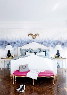 Styl lekko pałacowy w sypialni nie jest wprawdzie dla nas, ale ten efekt na ścianie jest zachwycający. Do odważnych świat należy!