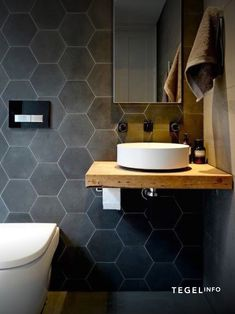 Originele en trendy design tegels You will find original and trendy design tiles such as hexagon, he Bathroom Trends, Modern Bathroom, Small Bathroom, Bathroom Canvas, Large Bathrooms, Contemporary Kitchen Renovation, Recycled Home Decor, Small Bathtub, Armoire