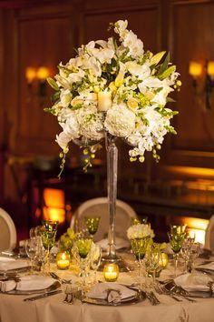 Arranjo clássico para mesa de convidados por Cris Magalhães - Foto Nathan Thrall