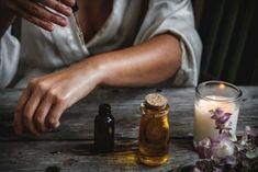 L'huile essentielle d'Immortelle: quels bienfaits pour la peau   Recette et remède de grand mère What Is Moringa, Dry Body Oil, Lavender Benefits, Gel Aloe, Acid Base, Moringa Oil, Jojoba, Best Moisturizer, Lavender Oil