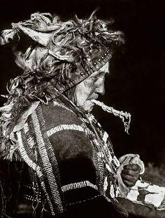 EN - Restored portrait of a Blood woman wearing headdress of Matoki Society. Original photograph from 1927 by Edward S. Curtis.  ES - Retrato restaurado de una india Blood con tocado tradional de la Sociedad Matoki. Fotografía original creada por Edward S. Curtis en 1927.