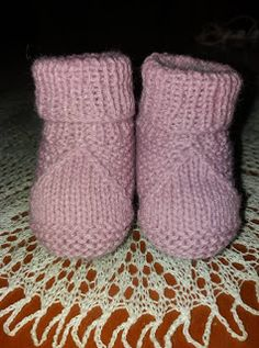Manetes d'Or: Patrón tutorial patucos. Crochet Mittens Free Pattern, Baby Booties Knitting Pattern, Baby Shoes Pattern, Crochet Baby Shoes, Crochet Baby Booties, Baby Patterns, Knitted Baby Boots, Knitted Baby Clothes, Diy Crafts Knitting