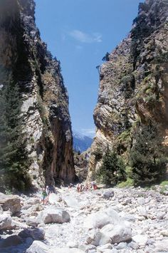 Οι «Πόρτες» είναι ένα πολύ εντυπωσιακό πέρασμα, με το πλάτος του να φτάνει τα 3 μ. και το ύψος των βράχων τα 300 μ.!