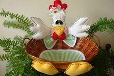 Galinha na cestinha, pode ser usada para porta pães, biscoitos, torradas, ovos etc. Fiz essas 15 cestinhas para decorar uma festinha de criança. Encomenda da Fernanda de Guaraparí / ES