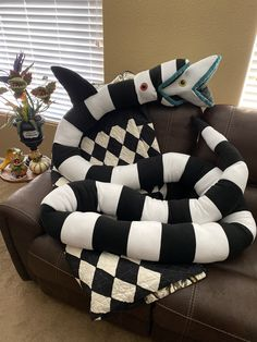 Beetlejuice Sandworm Plush to 17 ft long Stuffed Animal Halloween Crafts, Halloween Decorations, Diy Halloween Home Decor, Beetlejuice Sandworm, Beetlejuice Movie, Goth Home Decor, Gothic House, Gothic Room, Plushies