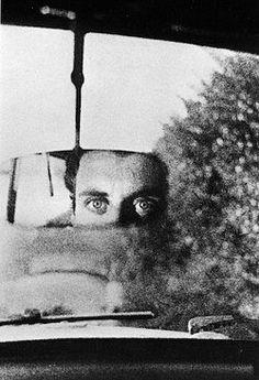 Ralph Gibson, Self-portrait, 1964. Cet autoportrait m'attire beaucoup. (Pas cet homme!!!). Le regard de cet homme me fait penser à un regard d'un animal sauvage en fuite. De plus, le côté mystérieux de cet autoportrait m'intrigue beaucoup. J'aime bien. Dorian