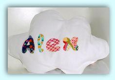 Una bonita y sencilla funda de cojín en piqué blanco, con letras estampadas en algodón.   Personaliza el nombre de tu bebé