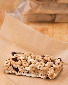Healthy Snacks No-Bake Cereal Bars. Going to try this with Gluten Free Old Fashion Oats. - It's breakfast on the go. Breakfast On The Go, Breakfast Bars, Breakfast Cereal, Breakfast Time, Gourmet Recipes, Snack Recipes, Cereal Recipes, Granola Barre, Yogurt Bar