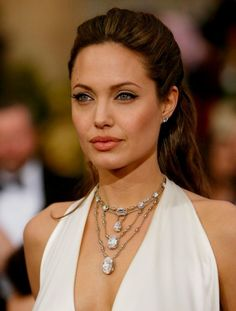 Final countdown for Academy Awards, lets look back and remember the best Oscar jewels Angelina Jolie and her 85 karat H.Stern diamond necklace which is inspired by waterfalls Angelina Jolie, Women's Jewelry Sets, Jewelry Trends, Beautiful Celebrities, Most Beautiful Women, Absolutely Gorgeous, Multi Layer Necklace, Bracelet Cuir, Celebrity Style