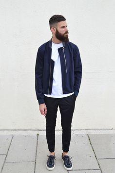 ネイビーMA-1,白Tシャツ,黒パンツ,黒スニーカーコーデメンズ着こなし