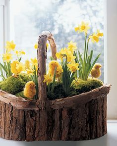 Set inside a rustic boat-shaped birch basket, this cheerful yellow hilltop vista is a breath of fresh air that is perfect as a Easter DIY. You can practically hear the chicks peeping and feel the warm sunshine on your face. Diy Osterschmuck, Diy Ostern, Hoppy Easter, Easter Décor, Easter Garden, Easter Party, Deco Floral, Floral Foam, Diy Easter Decorations