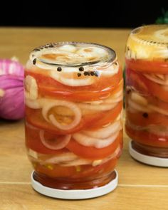 Turtește roșiile în ceapă și obține o zacuscă marinată de neuitat - savuros.info Canning Pickles, Food And Drink, Cooking Recipes, Vegetables, Drinks, Salads, Beverages, Chef Recipes, Veggies