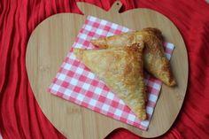Het recept voor warme appelflappen van bladerdeeg met rozijnen en kaneel uit de oven is te vinden op eethetbeter.nl.