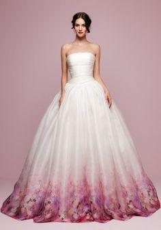 """Auch modern: Brautkleider bei denen nur der Saum """"bemalt"""" ist"""