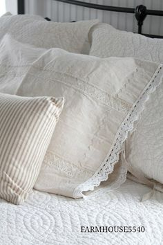 Farmhouse Bedroom Decor Ideas - Farmhouse design is perhaps the coziest ever, using it in decor, you produce a soft ambience that you will not wish to leave. Farmhouse Bedroom Decor, Country Farmhouse Decor, Farmhouse Style Kitchen, Modern Farmhouse Kitchens, French Country Decorating, Farmhouse Design, Farmhouse Blogs, Bedroom Table, Vintage Farmhouse Decor