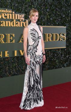 Николь Кидман выбрала платье от Alexander McQueen из коллекции весна-лето 2016. Образ дополнен украшениями от Georgina Skan  и часами от Omega. На церемонии Evening Standard Theatre Awards 2015