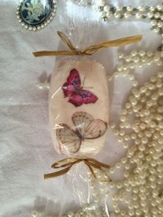 Demoiselle Vintage : Decoupage - soaps.Cute!!! The best thing about them : you can use them and design won't peel off!