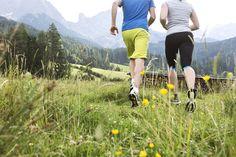 Im Laufschritt durch Wald und Wiese: Trainer Michael von den BEWEGTEN BERGEN zeigt dir deine ideale Lauftechnik Sports Training, Trainer, Boutique, Bergen, Running Techniques, Woodland Forest, Boutiques, Mountains