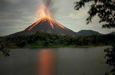 """KOSTARIKA Arenal Kostarika Stratovulkán Arenal (1657 metrů nad mořem) ležící v národním parku Parque Nacional Volcán Arenal (12 016 ha) je nejaktivnější a nejpůsobivější sopkou Kostariky a v podstatě celé planety. Má dokonalý kuželovitý tvar a lidé mu často neřeknou jinak než """"Pan de Azúcar"""" – sladký chlebíček."""