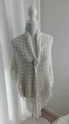 Een persoonlijke favoriet uit mijn Etsy shop https://www.etsy.com/nl/listing/484223441/gehaakte-bruidssjaal-met-rozen-crochet