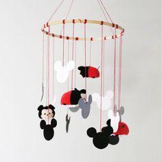 Ce mobile Mickey Mouse Tsum Tsum saura trouver sa place dans chaque pièce de votre maison : il est moderne, coloré et facile à réaliser !
