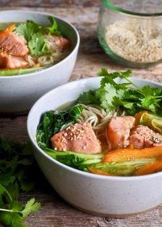 Enkel ramen med laks Quesadilla, Thai Red Curry, Delish, Ramen, Chicken, Healthy, Ethnic Recipes, Cilantro, Red Peppers
