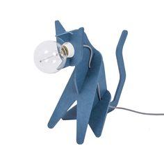 Lampe chat - Get Out Cat - bleu - Eno Studio| Lumi-Design Les passionnés de chats craqueront pour la lampe à poser Get Out Cat. Pleine d'humour et originale, elle donne vie à un chat hybride à mi-chemin entre un chat et un luminaire. A la place de perdre des poils, ce chat bleu vous apportera une lumière douce et rassurante. C'est pour cela que ce luminaire design pourra tout à fait faire office de lampe de chevet dans la chambre de votre enfant !