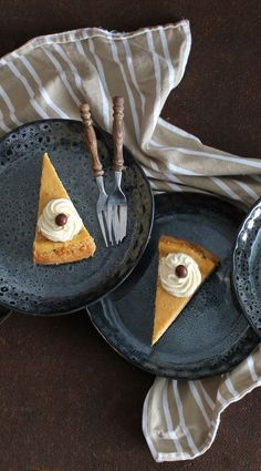 An Oreo crust, an espresso-spiked batter and served with a Kahlúa whipped cream. This espresso cheesecake sure satisfies our sweet tooth. Coffee K Cups, Coffee Creamer, Coffee Type, I Love Coffee, Whipped Cream, Sour Cream, Melitta Coffee Maker, Chocolate Covered Espresso Beans, Coffee Cheesecake