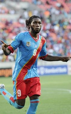 El jugador de Congo Dieudonne Mbokani celebra el gol para su selección durante la copa de África 2013