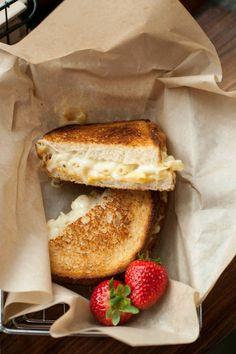 Macaroni and cheese sandwich