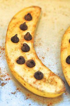 bananos asados con chips de chocolate y canela