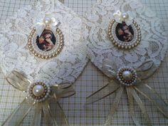Escapulário de porta, feito com tecido, fita e medalha de Nossa Senhora. Obs: a estampa do tecido pode variar de acordo com o estoque.