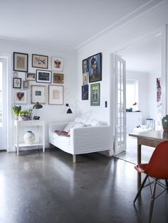 La maison d'Anna G.: Un mur de tableaux