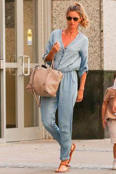 O estilo de Gisele Bündchen é casual chic, ela usa macacão jeans, rasteirinha de dedo, maxi bolsa, óculos aviador. #giselebundchen #casualchic #celebridades #estilo #moda #looks #streetstyle #casualstyle