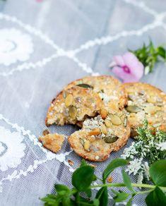 Siemen-juustokeksit maistuvat hyvältä sellaisenaan tai juuston ja makean hillon kanssa. Siementen paahtaminen antaa kekseille herkullisen maun. Salmon Burgers, Ethnic Recipes, Food, Essen, Meals, Yemek, Eten