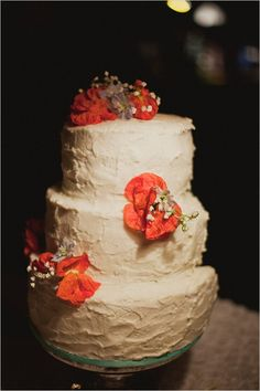 diy white wedding cake #weddingcake #diy #weddingchicks http://www.weddingchicks.com/2014/02/11/blue-and-coral-backyard-wedding/