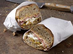 Exotisches Roastbeef-Sandwich - mit Currycreme und gegrillter Ananas - smarter - Kalorien: 524 Kcal - Zeit: 15 Min.   eatsmarter.de #eatsmarter #rezept #rezepte #eiweiss #ei #eier #eigelb #protein #proteinreich #gesund #diaet #muskelaufbau #muskeln #roastbeef #fleisch #sandwich #brot #curry #ananas fruehstueck #togo #abendbrot