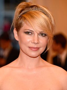 2020 is the year of the pixie cut, whether your hair is long, short or shaved, blonde or brown, these are the cutest pixie hair cuts and hairstyle ideas for women. Side Part Hairstyles, Chic Hairstyles, Fringe Hairstyles, Celebrity Hairstyles, Straight Hairstyles, Stylish Short Haircuts, Cool Haircuts, Miley Cyrus Cheveux, Short Hair Cuts