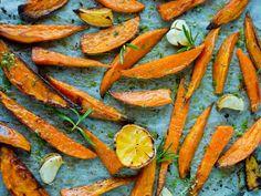 Ovnsbakte søtpoteter med rosmarin- og sitronsalt Potato Recipes, Carrots, Side Dishes, Potatoes, Vegetables, Food, Alternative, Meal, Side Plates