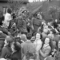 The Netherlands. Infantrymen of The West Nova Scotia Regiment in a Universal Carrier en route to Rotterdam are surrounded by Dutch civilians celebrating the liberation of the Netherlands, May, 1945 Canadian Soldiers, Canadian Army, Canadian History, British Army, Operation Market Garden, Army Infantry, History Magazine, Pearl Harbor Attack, Remembrance Day