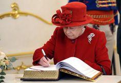 Pin for Later: Les Moments les Plus – et les Moins – Royaux de la Reine Elizabeth II Moment Royal: Quand Elle Signe Quelque Chose D'important