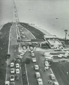 1957 Lake Pontchartrain Causeway Cars wait in line to cross the Lake Pontchartrain Causeway on opening day - August Louisiana History, New Orleans Louisiana, Louisiana Usa, Old Photos, Vintage Photos, Bayou Country, New Orleans History, Lake Pontchartrain, Dere