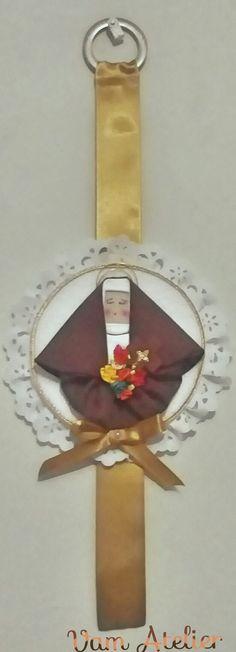 Quadro artesanal com Santa Terezinha das Rosas, feita de fuxico