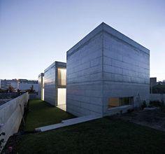 Beton gehört zum guten Ton in der Architektur. Selten aber wird das Material so konsequent angewendet, wie es das portugiesische Architekturstudio Phyd Arq
