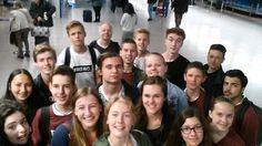Groepsfoto op het vliegveld in Rome, 5vwo